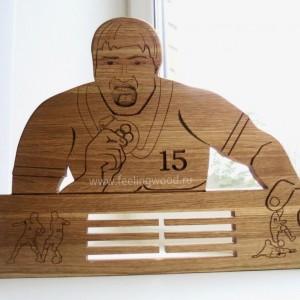 держатель-для-медалей-c-фиругой-спортсмена-по-фото-от-Feeling-Wood