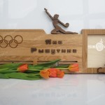 Спортивная медальница для гимнастки от Feeling Wood с фоторамкой и гравировкой