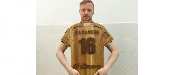 Голкипер Вячеслав Малафеев с деревянной футболкой-от-Feeling-Wood