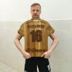 Вячеслав Малафеев с деревянной футболкой-от-Feeling-Wood