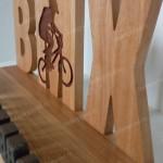 спортивная медальница BMX полка для кубков из дерева от Feeling Wood